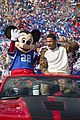 super bowl mvp malcolm smith visits disney world after big win 35