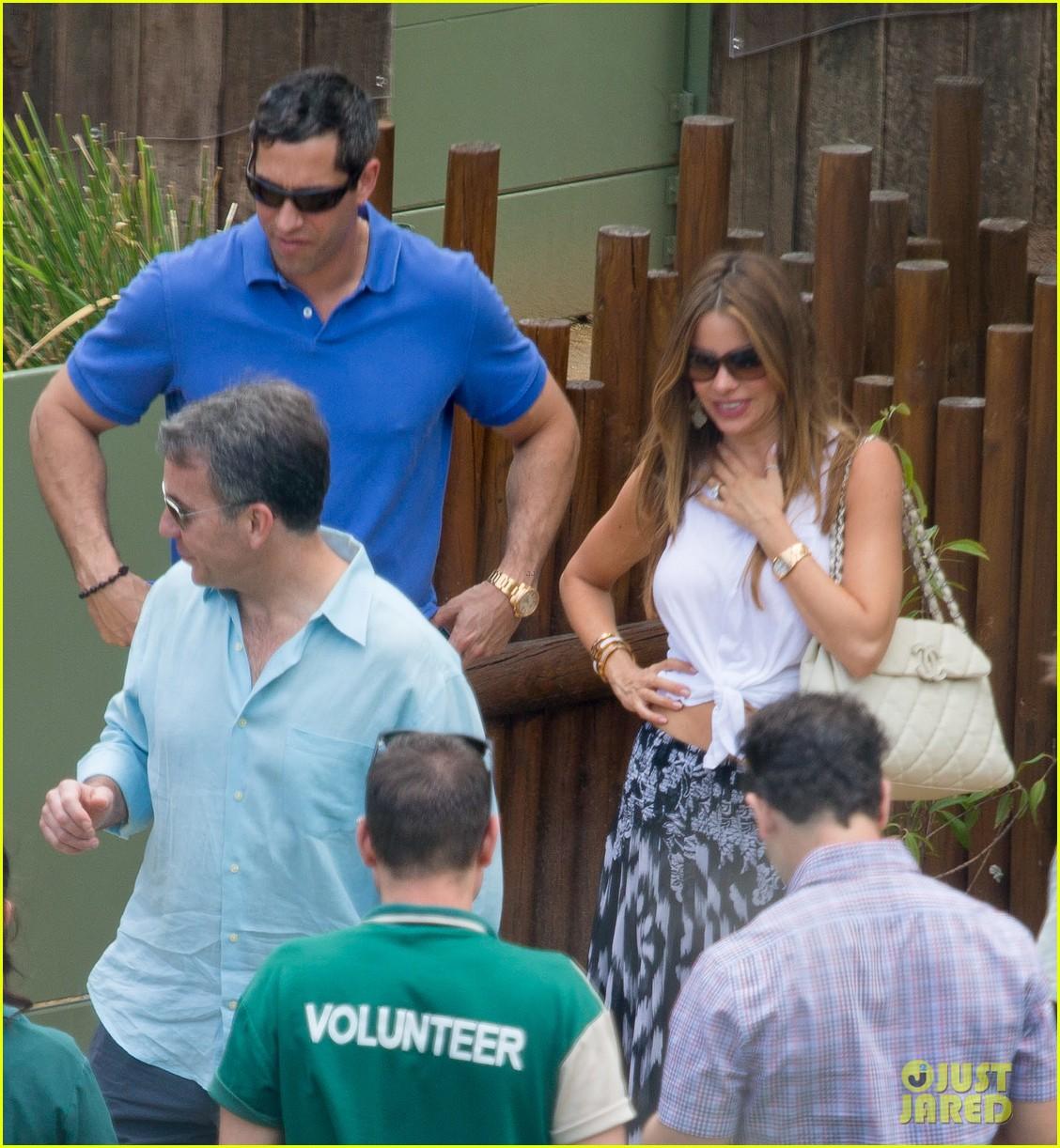 sofia vergara nick loeb sydney zoo trip with modern family co star 193059278