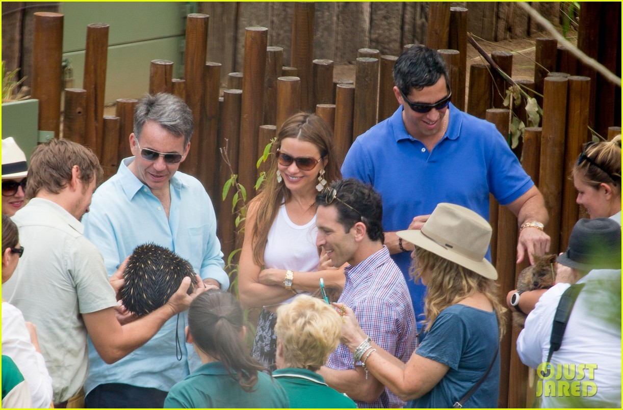 sofia vergara nick loeb sydney zoo trip with modern family co star 213059280