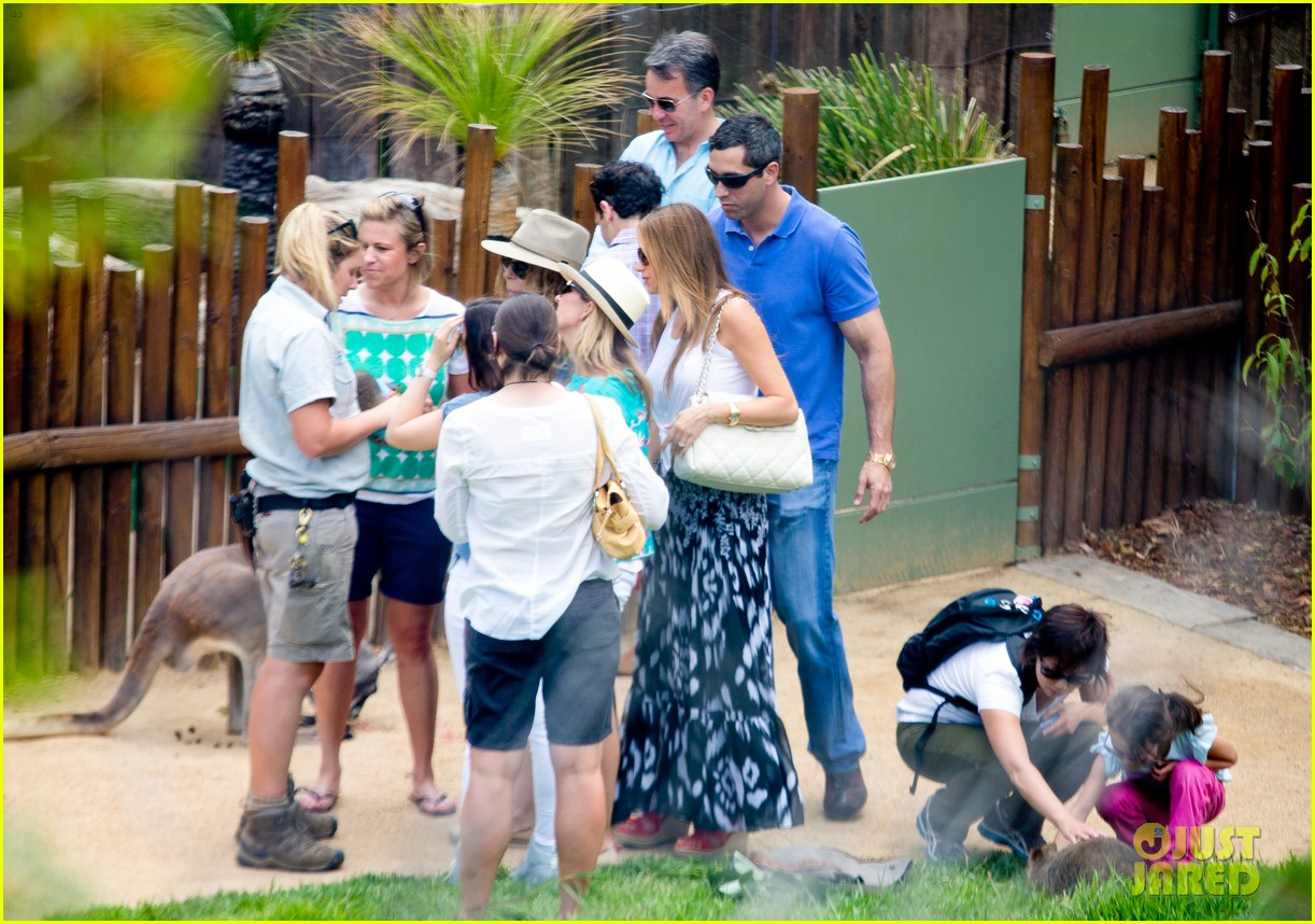 sofia vergara nick loeb sydney zoo trip with modern family co star 24