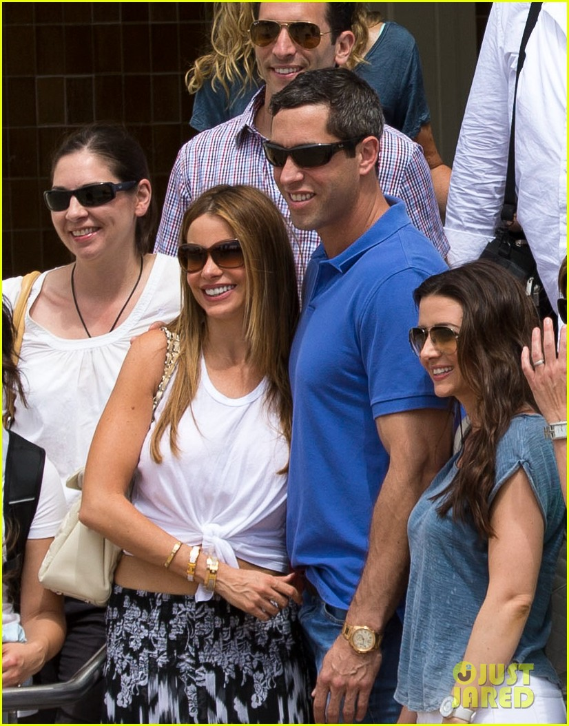 sofia vergara nick loeb sydney zoo trip with modern family co star 25
