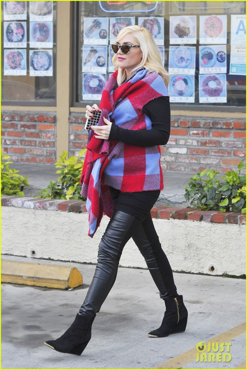 gwen stefani bundles up baby bump after acupuncture 03