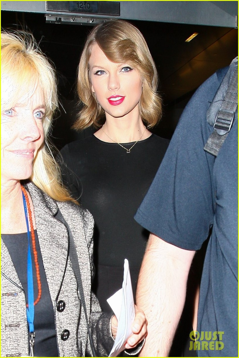 taylor swift shows off her new short hair at the airport 183052248