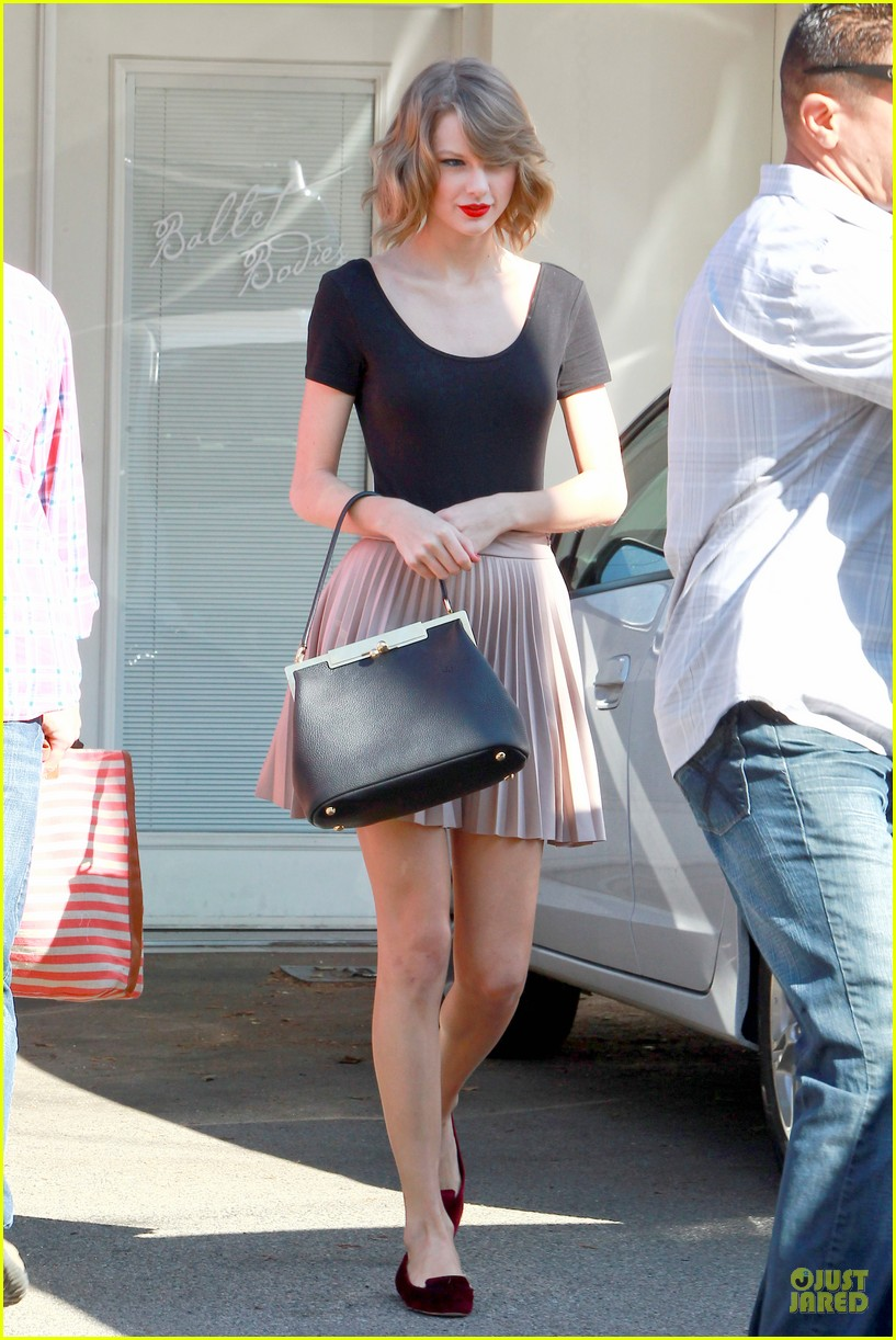 taylor swift kicks off valentines day with dance class 033053433