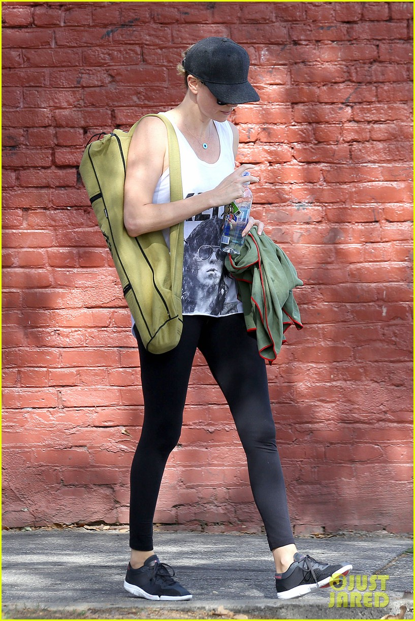charlize theron has low key gym day after date night 013052602