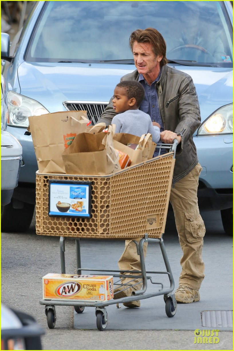 charlize theron sean penn grocery stop before the super bowl 053046495