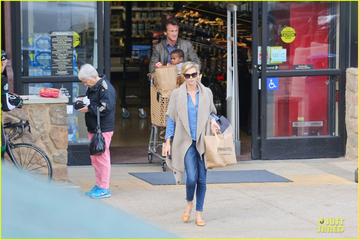 charlize theron sean penn grocery stop before the super bowl 09