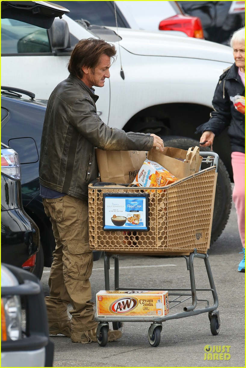 charlize theron sean penn grocery stop before the super bowl 243046514