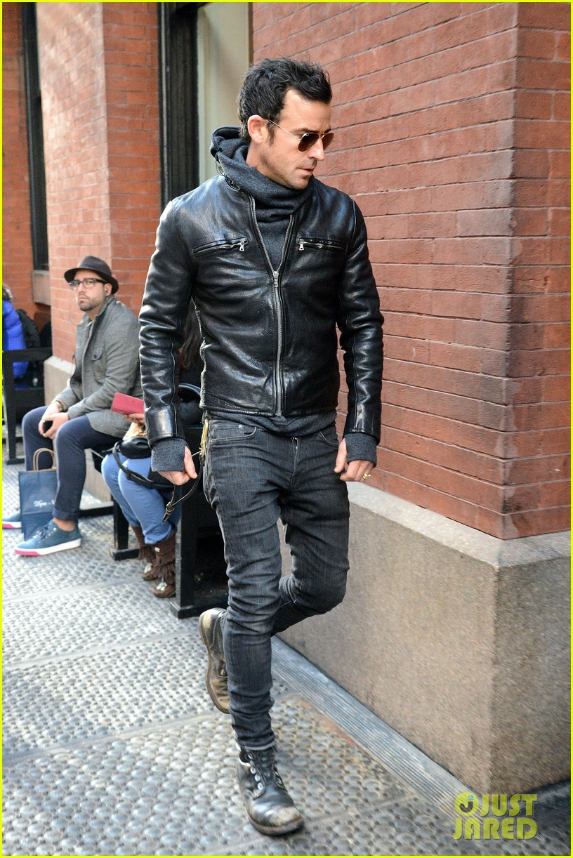 justin theroux continues to rock his sexy biker look in nyc 01