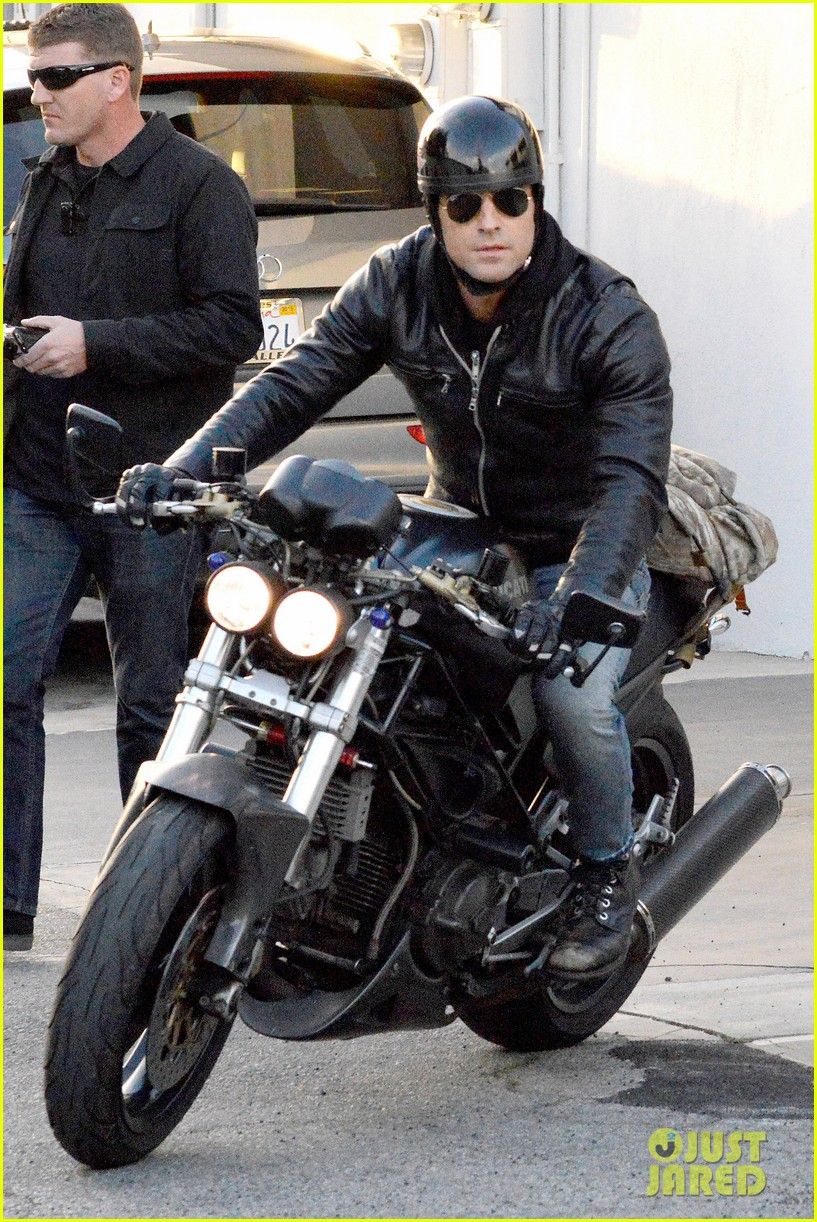 justin theroux takes his ducati for a spin 09