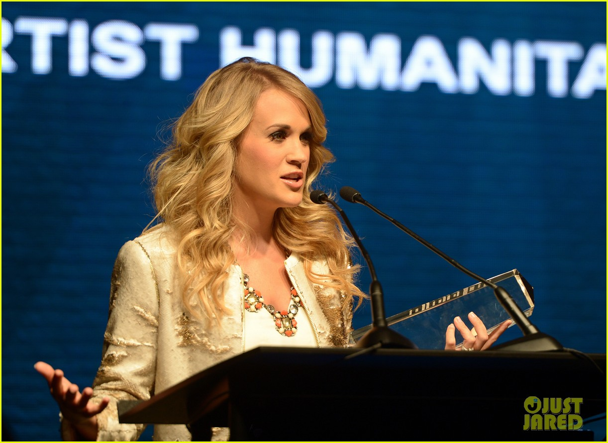 carrie underwood receives artist humanitarian award at crs 02
