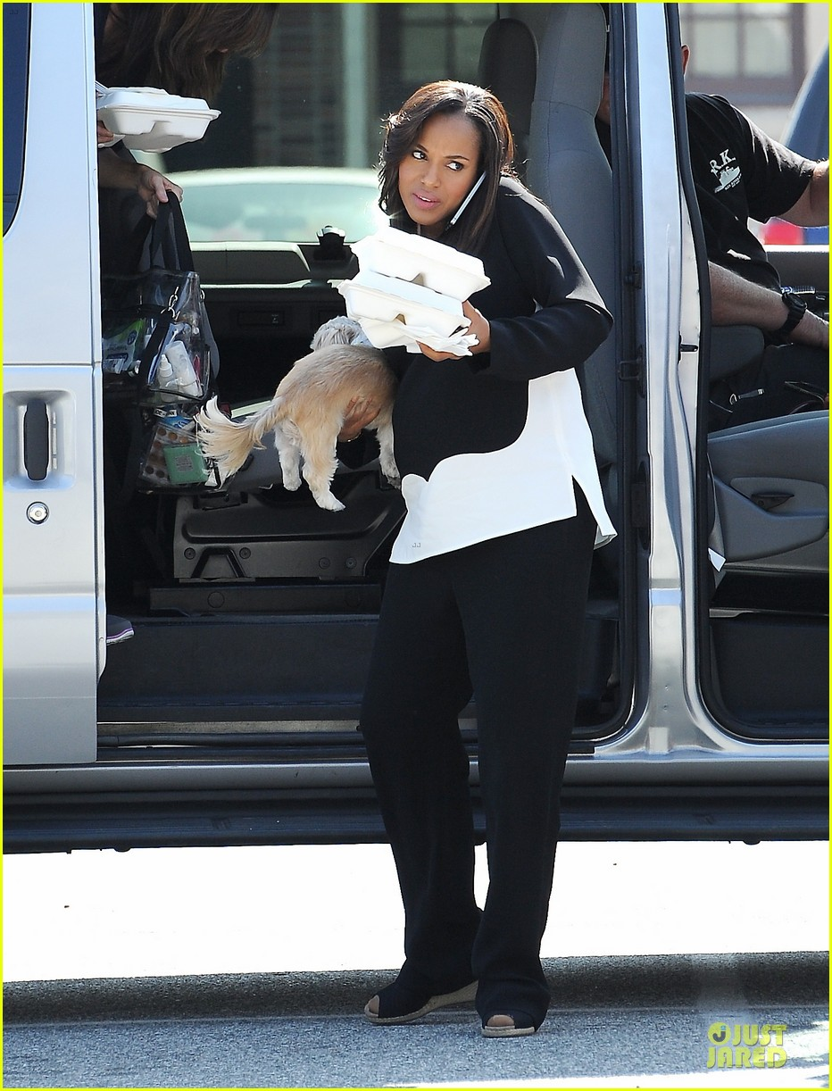 kerry washington pregnant multitasker on scandal set 03