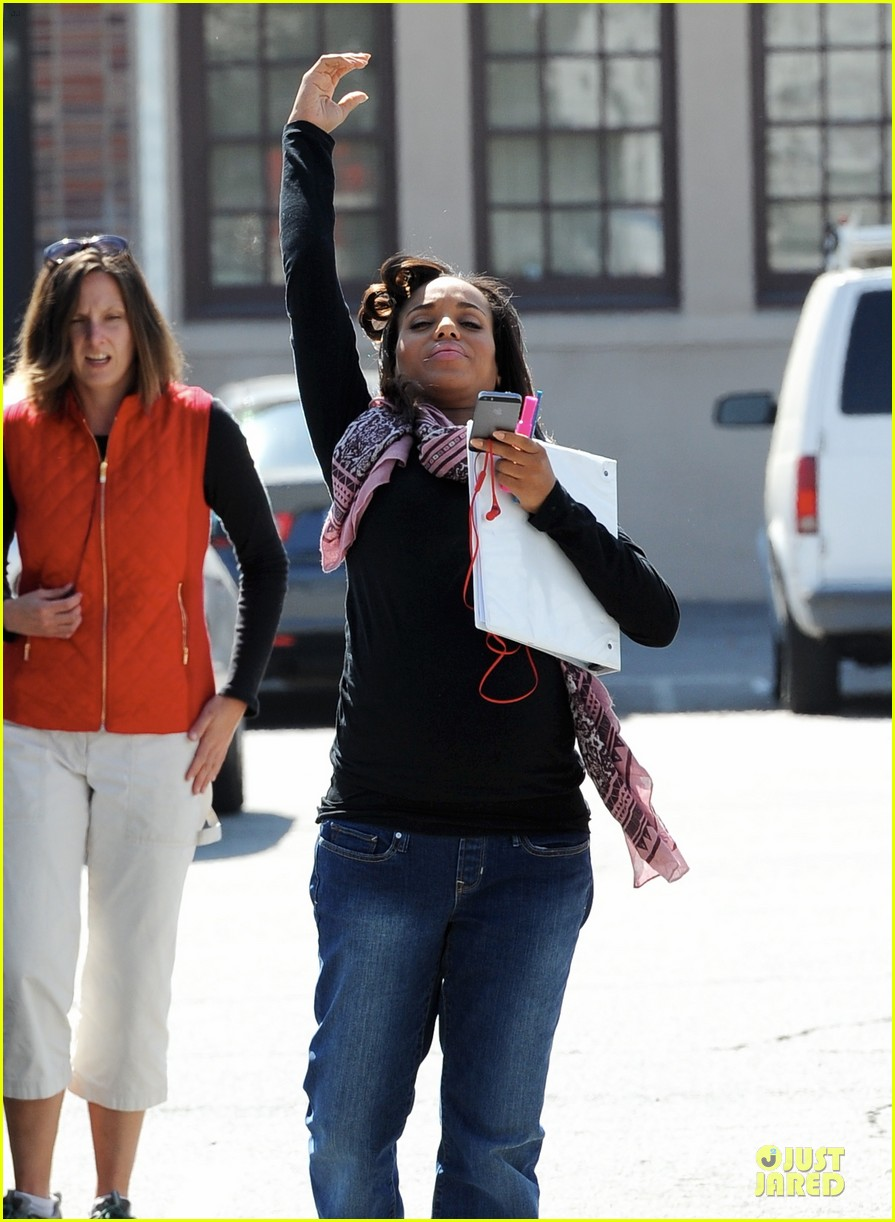 kerry washington pregnant multitasker on scandal set 11