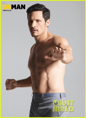 nick wechsler flashes shirtless abs for da man magazine 15