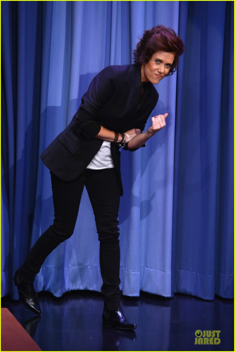kristen wiig channels harry styles on tonight show with jimmy fallon 03