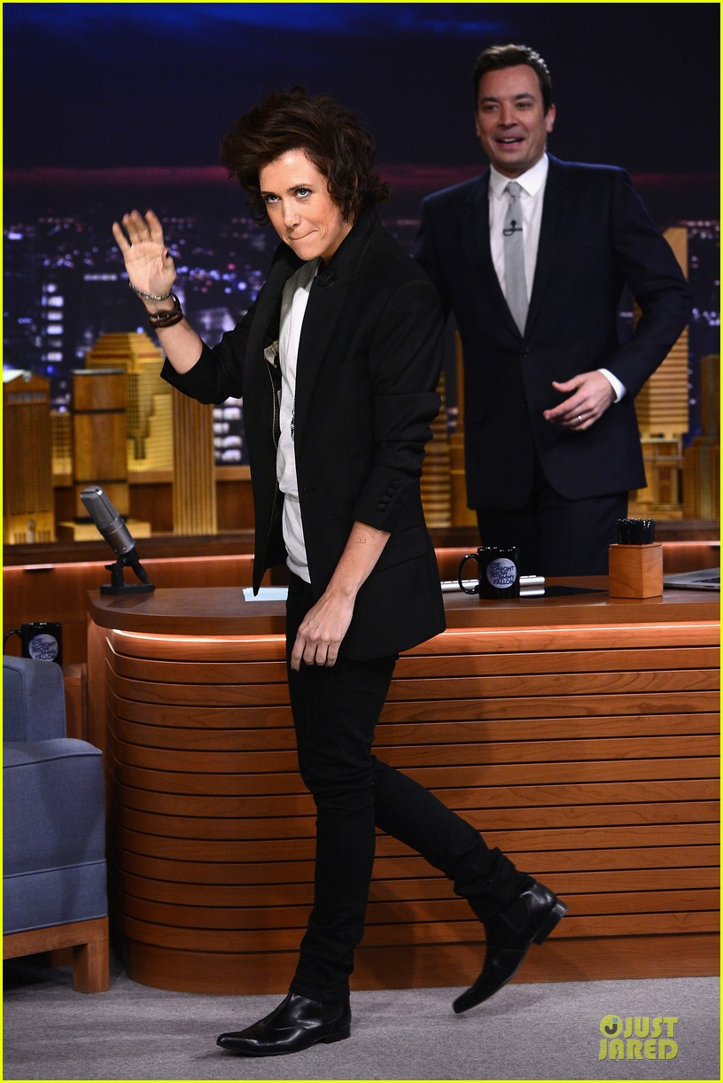 kristen wiig channels harry styles on tonight show with jimmy fallon 053056006
