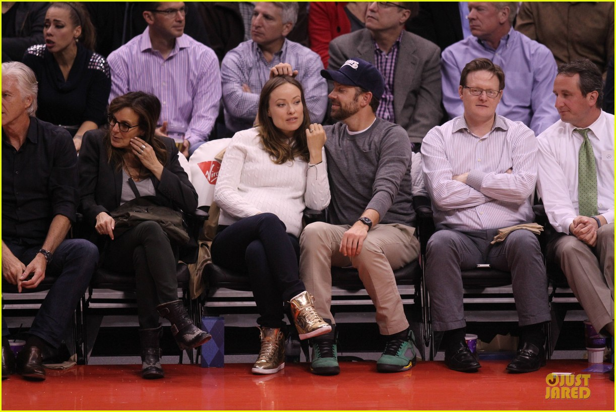 olivia wilde jason sudeikis passionately kiss at clippers game 20