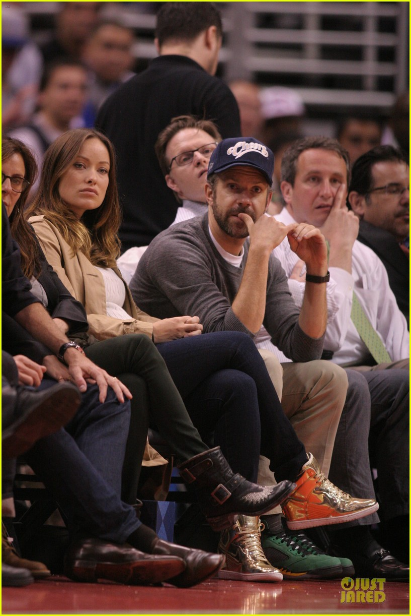 olivia wilde jason sudeikis passionately kiss at clippers game 23