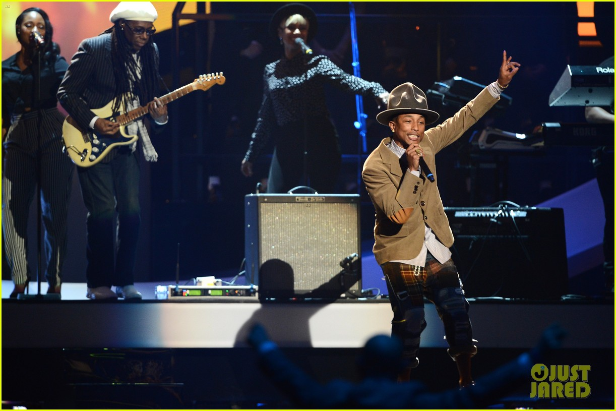 pharrell williams performs happy at brit awards 2014 video 02