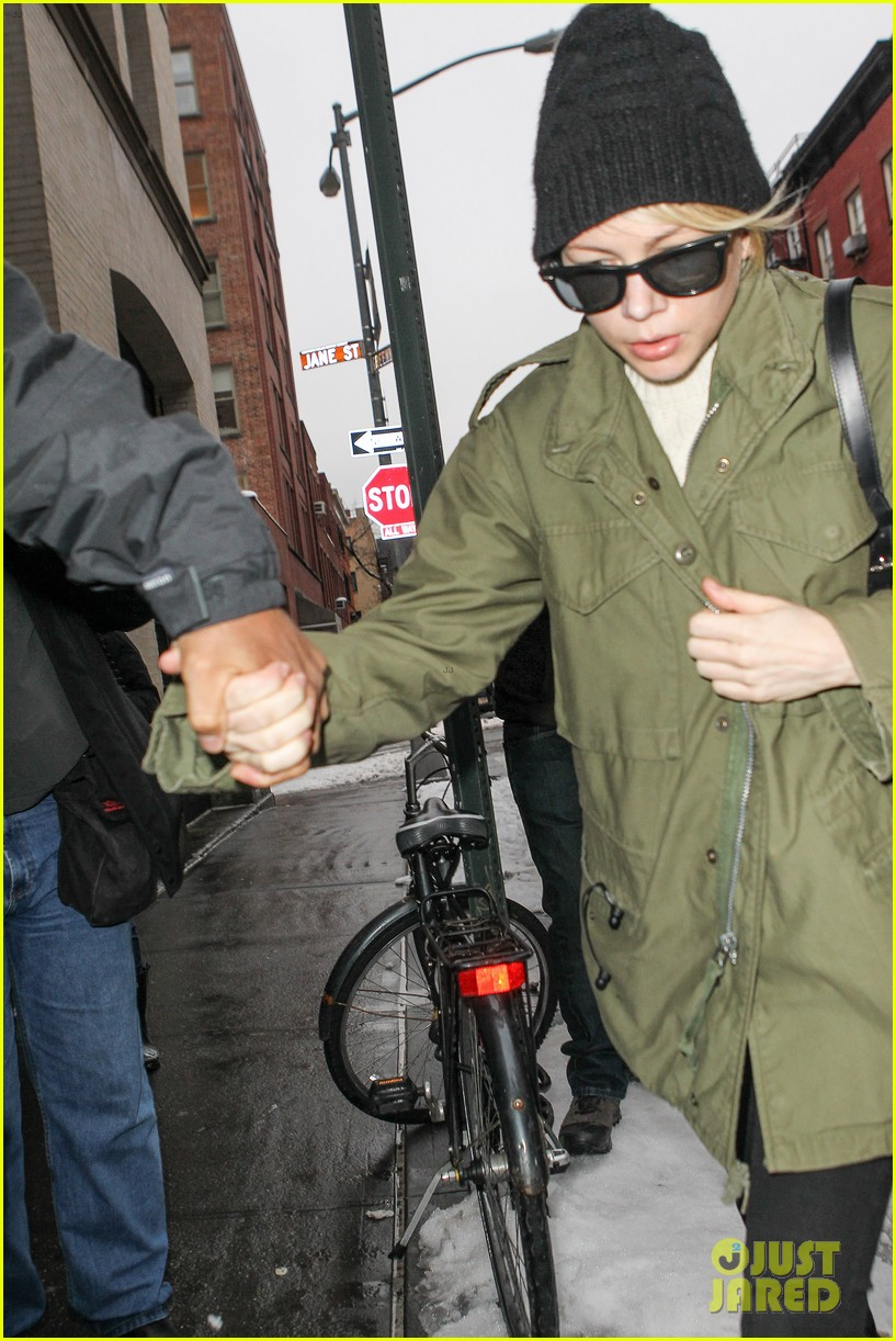 michelle williams visits mimi odonnells apartment 163048108