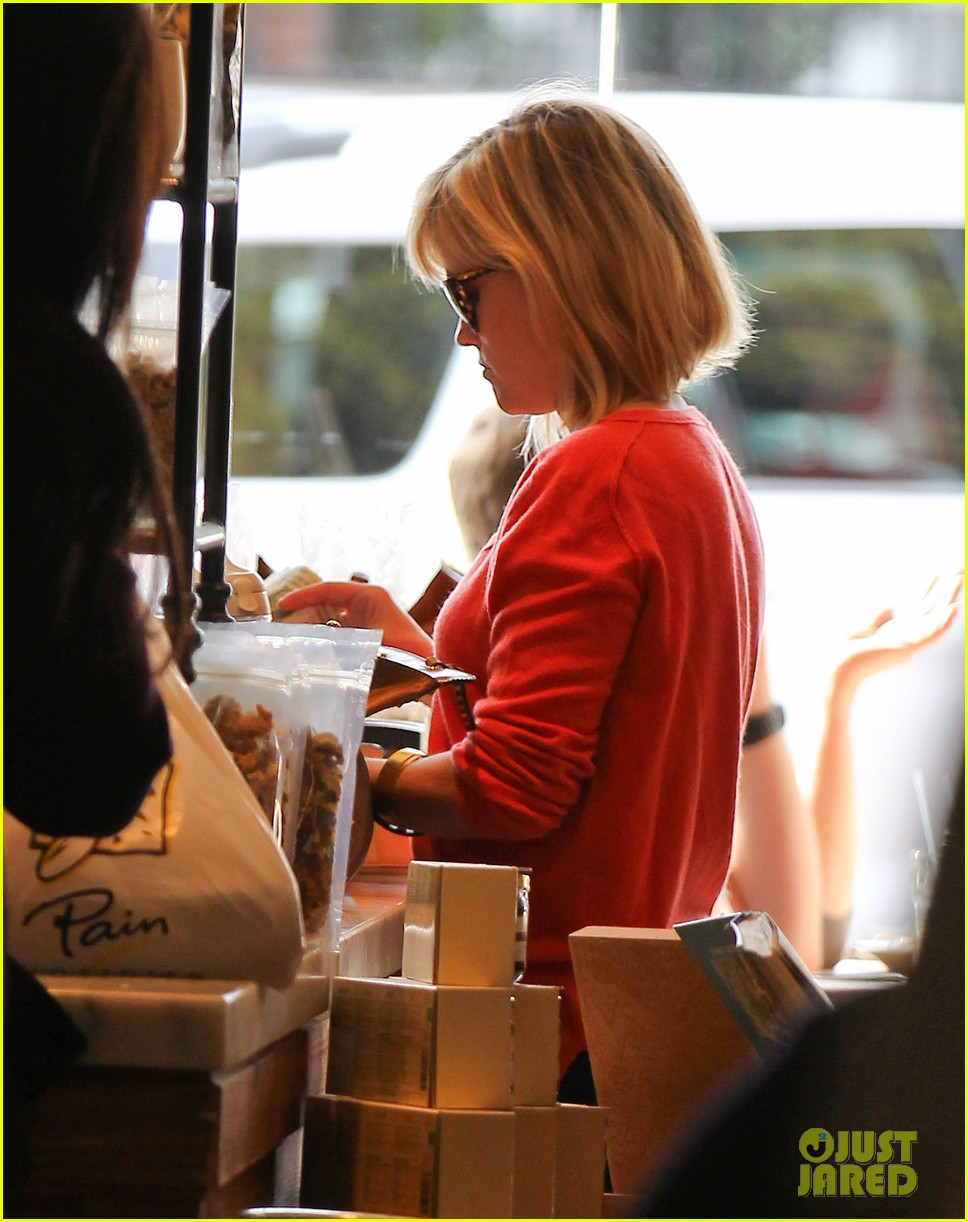 reese witherspoon lunches at le pain quotidien 043062235