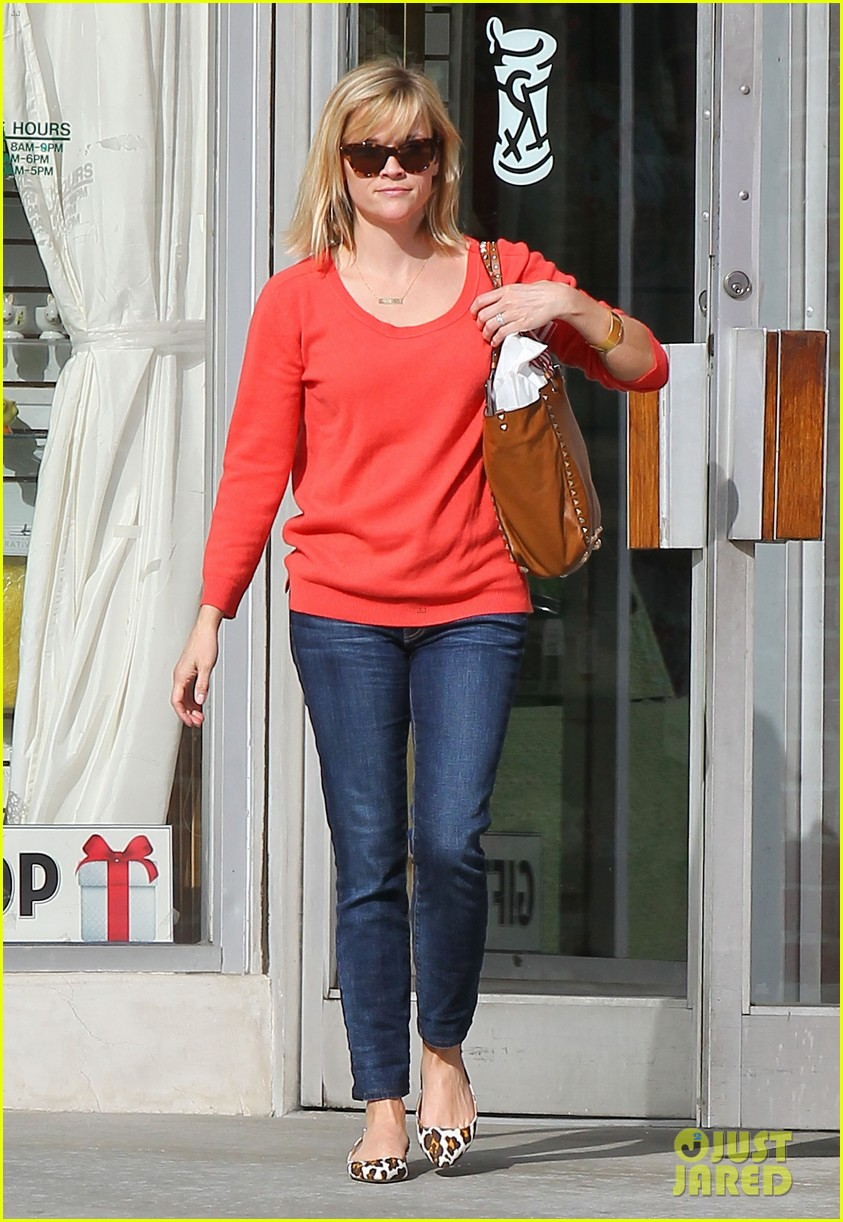 reese witherspoon lunches at le pain quotidien 08