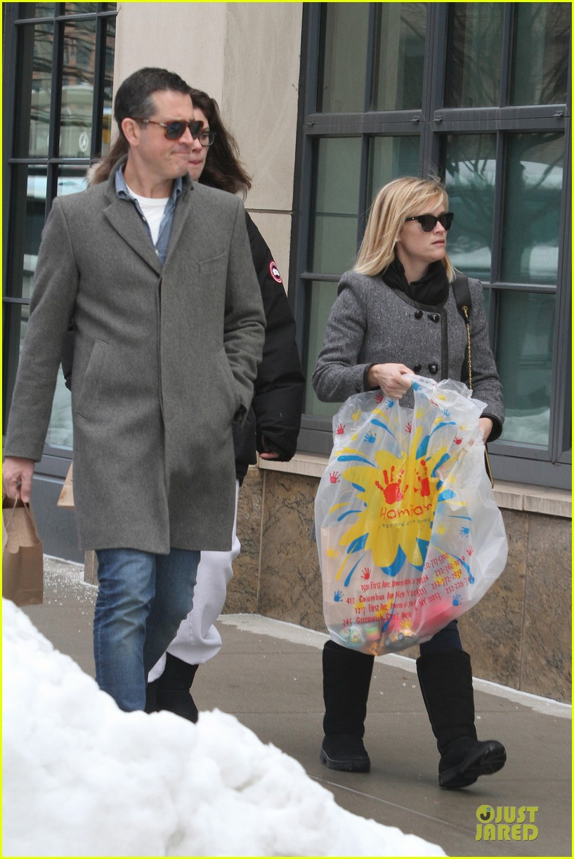 reese witherspoon jim toth matching couple on valentines day 043053675