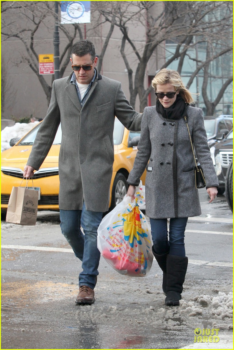 reese witherspoon jim toth matching couple on valentines day 05