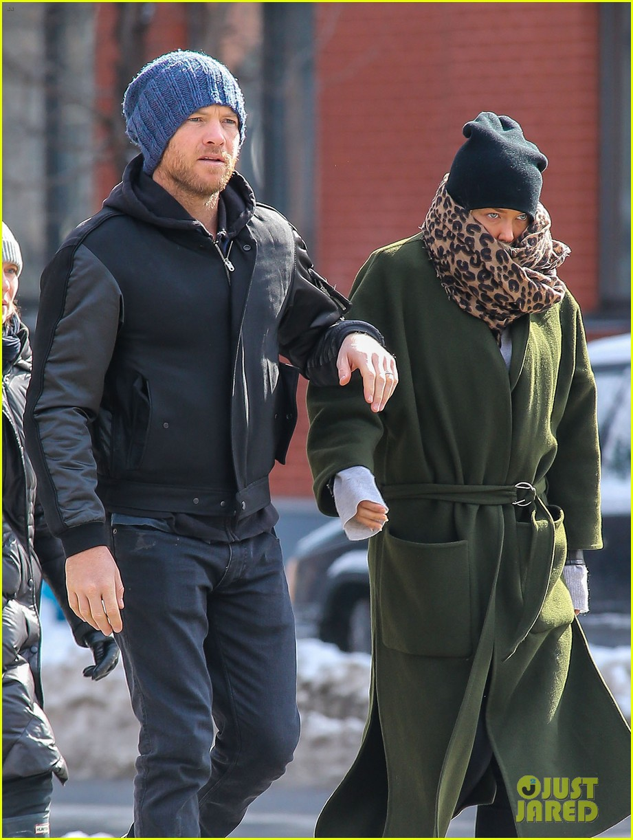 sam worthington strolls big apple with bundled up lara bingle 063054907