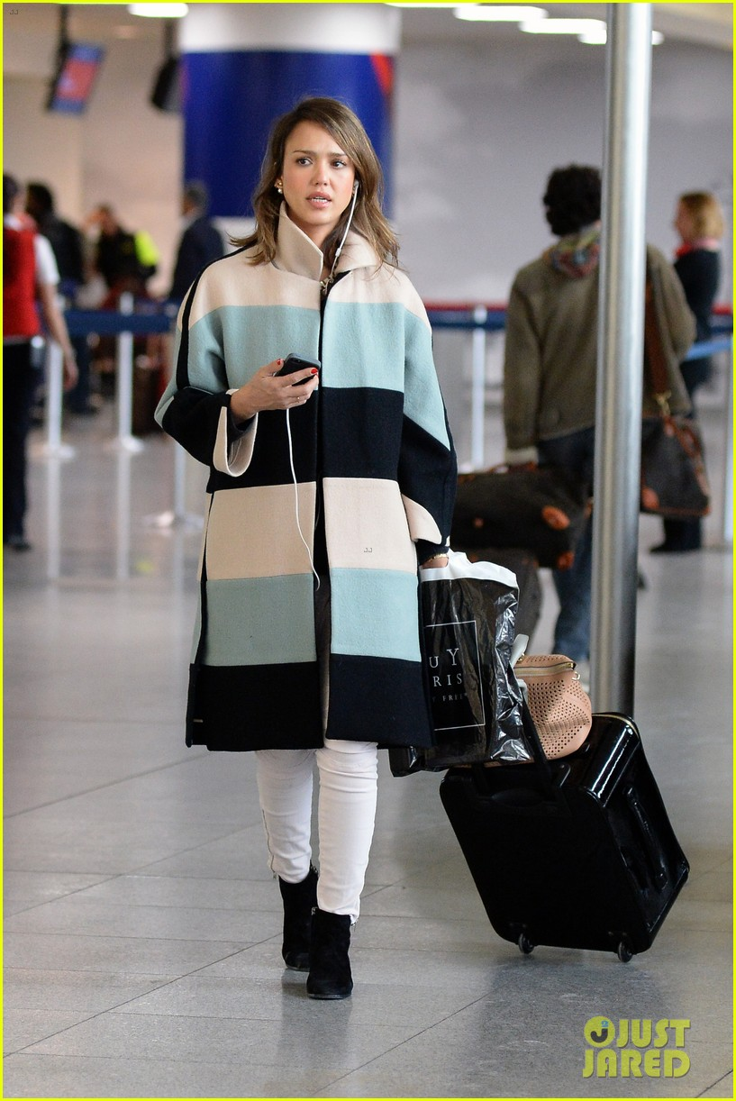 jessica alba wraps up paris fashion week flies to new york 013065667