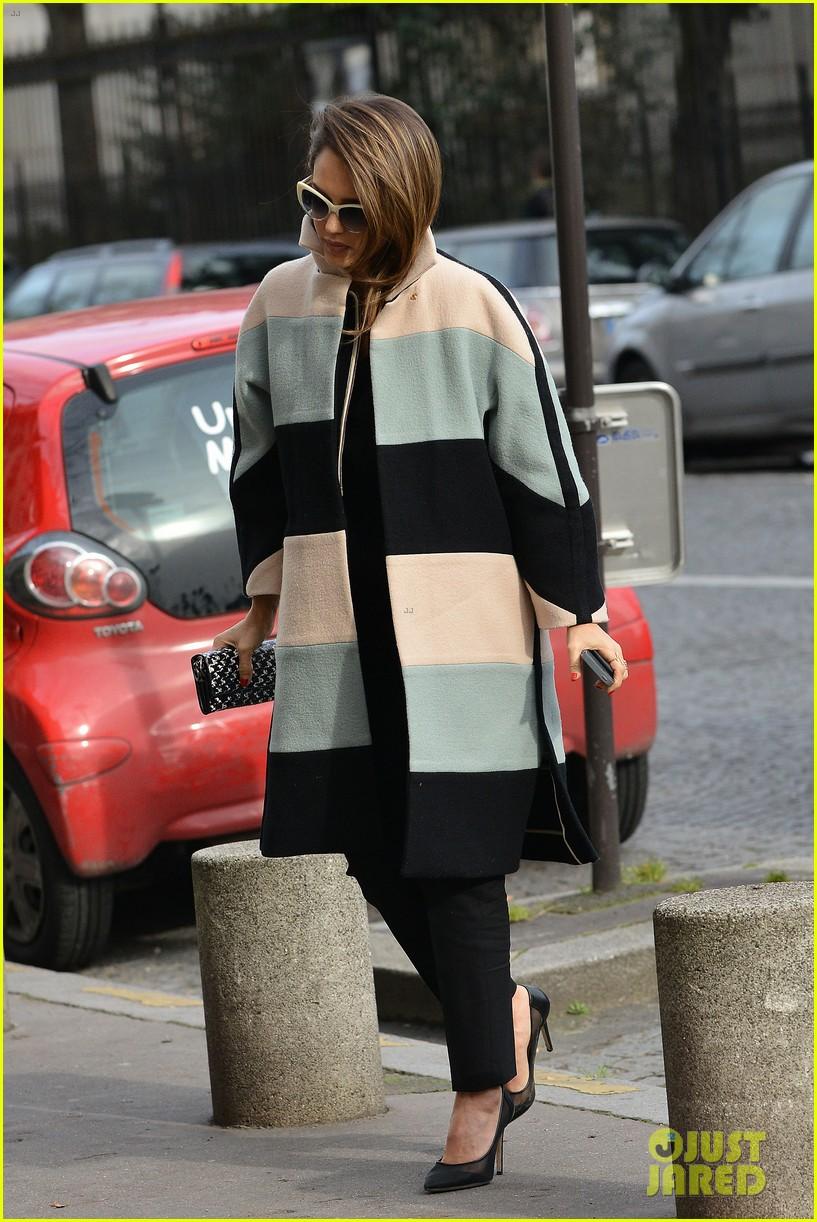 jessica alba wraps up paris fashion week flies to new york 09