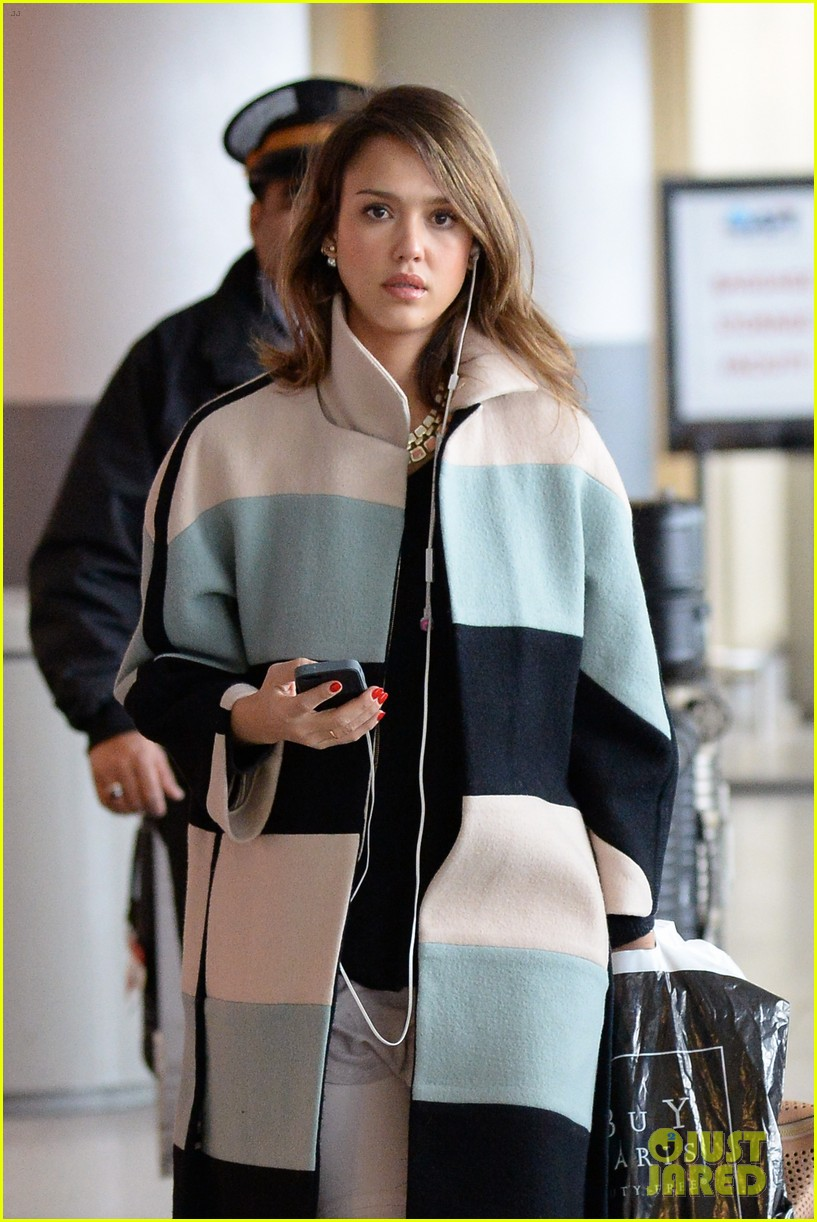 jessica alba wraps up paris fashion week flies to new york 113065677