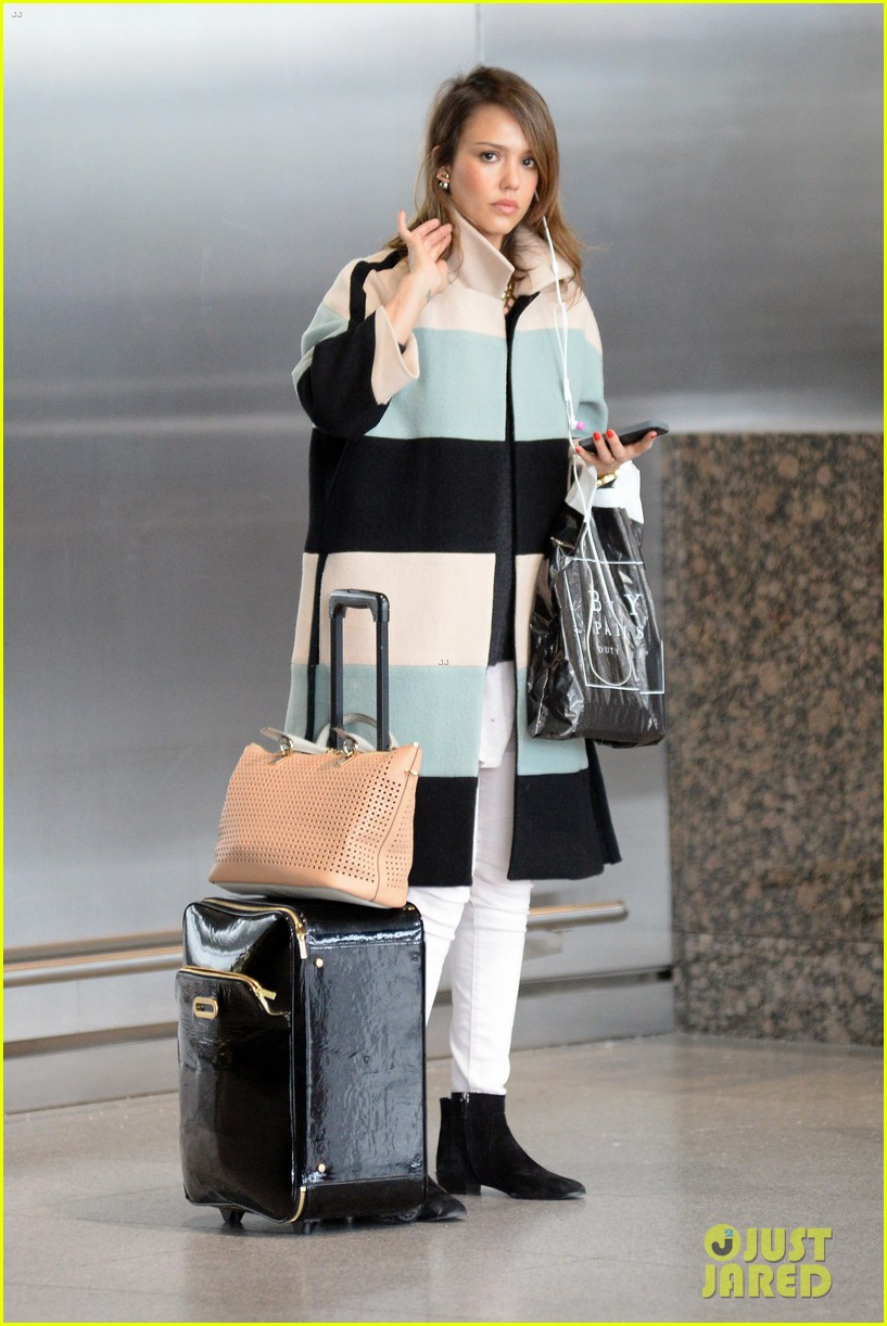 jessica alba wraps up paris fashion week flies to new york 143065680