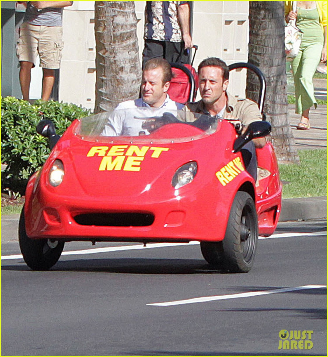 alex oloughlin scott caan drive around in a tiny rental car for hawaii 50 06