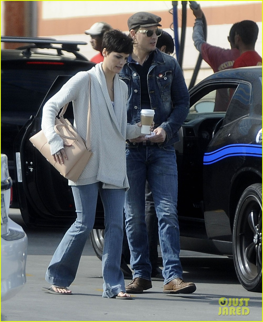 peter facinelli jaimie alexander hold hands look all lovey dovey together 03