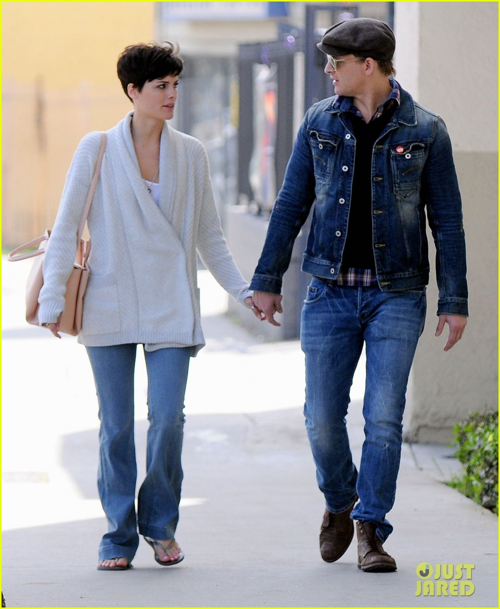peter facinelli jaimie alexander hold hands look all lovey dovey together 10