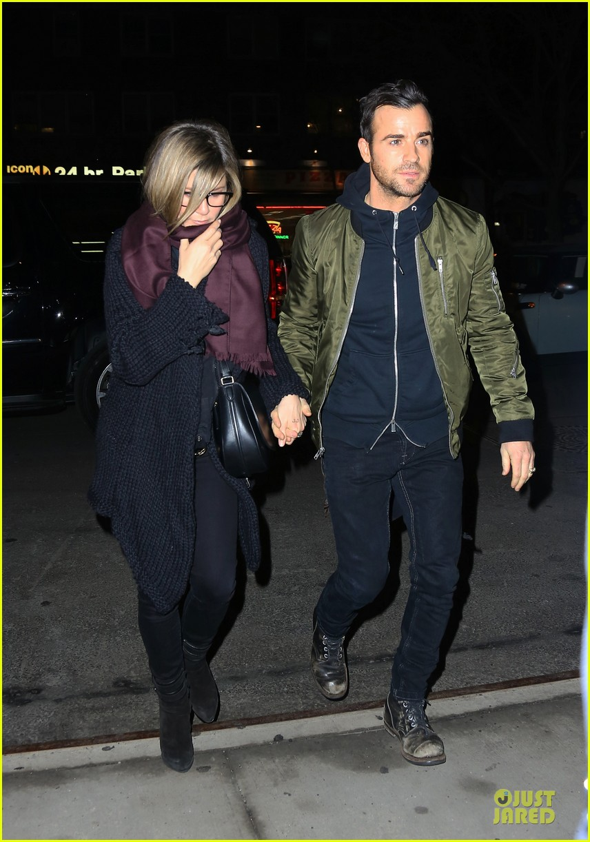 jennifer aniston justin theroux hold hands on nyc night 013070151