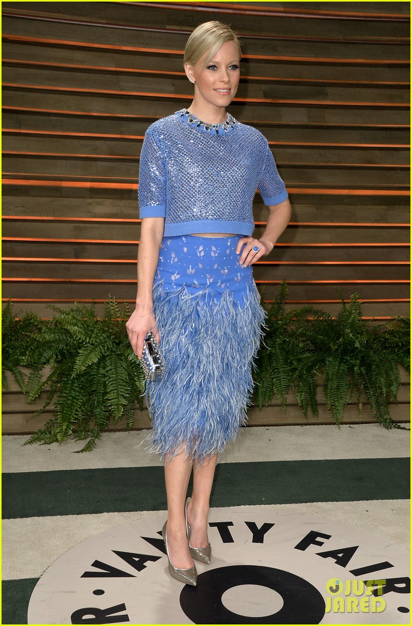 elizabeth banks shows off some skin in crop top at vanity fair oscars party 2014 053064408