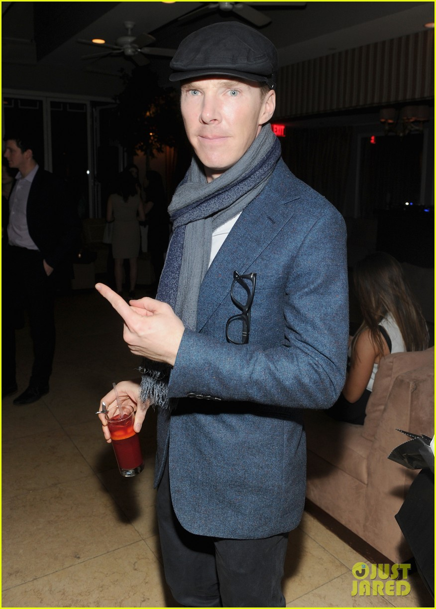 benedict cumberbatch winona ryder mingle at pre oscars party 03