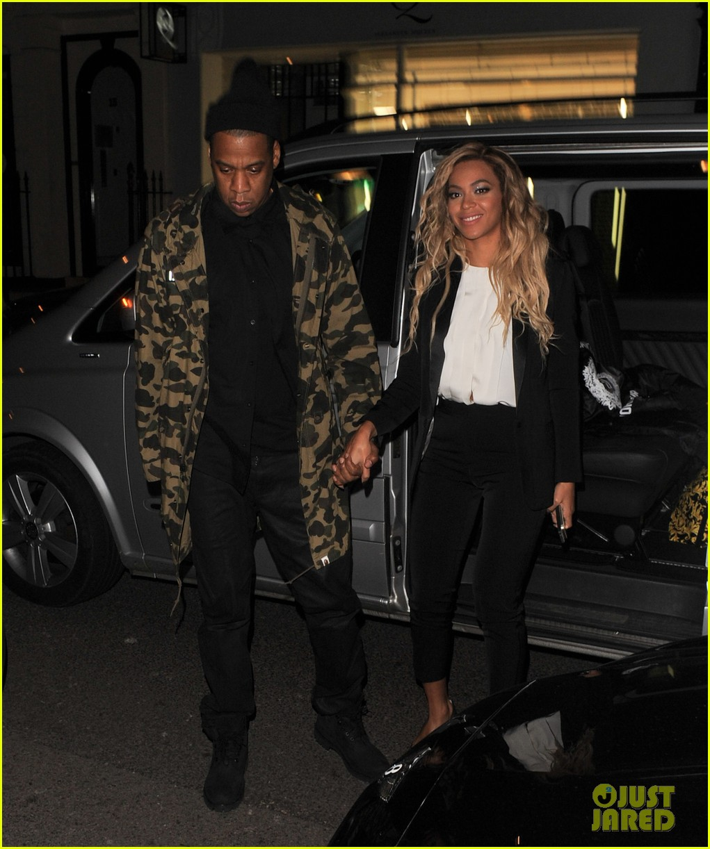 beyonce jay z hold hands after mrs carter show in london 01