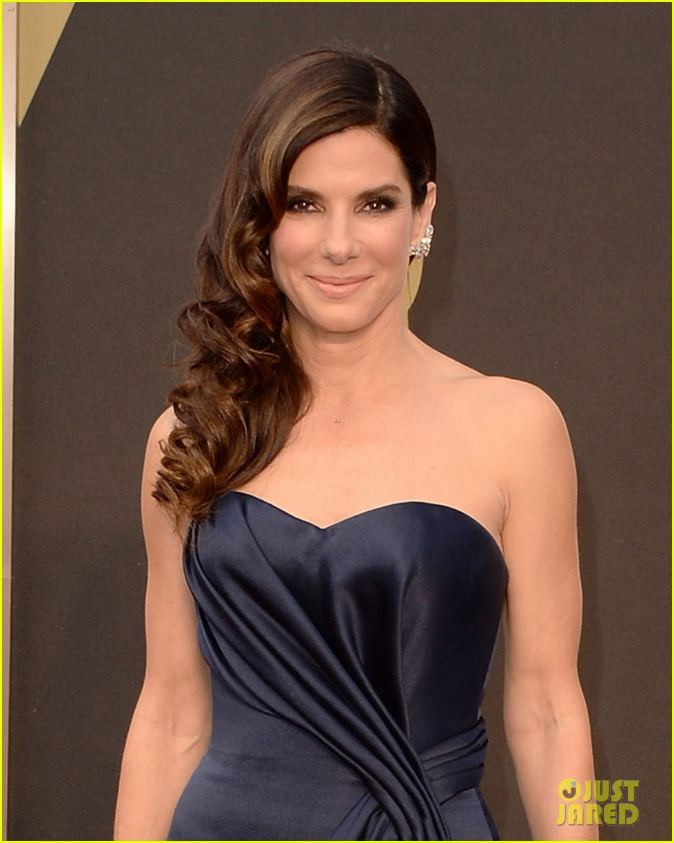 sandra bullock gravitates to the oscars 2014 red carpet 01