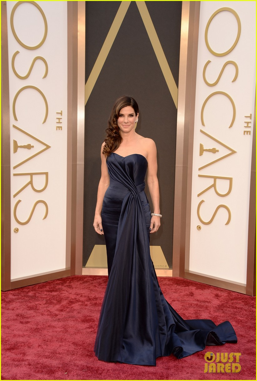 sandra bullock gravitates to the oscars 2014 red carpet 023063917