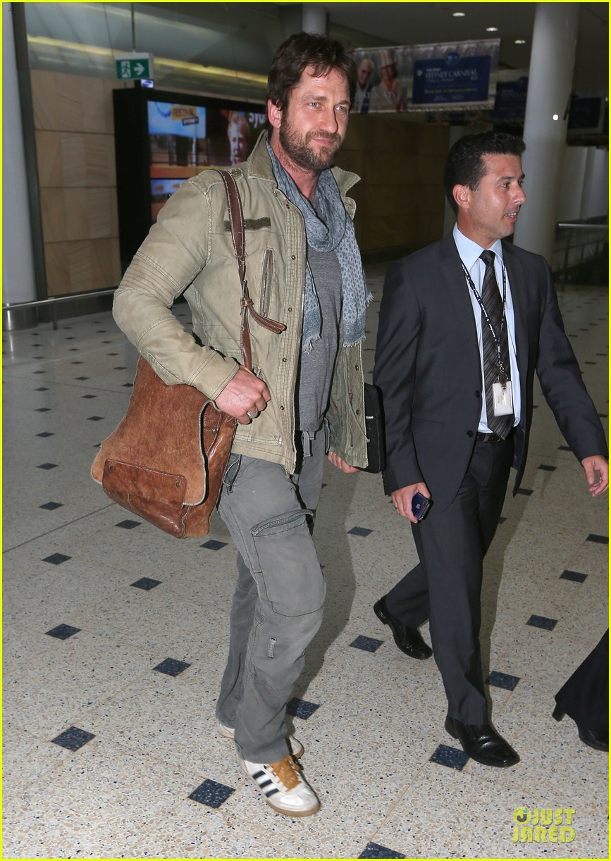 gerard butler is surrounded by security at sydney airport 03