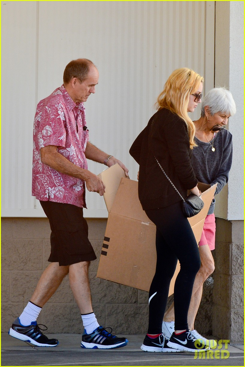 amanda bynes her parents pack up boxes at storage facility 17