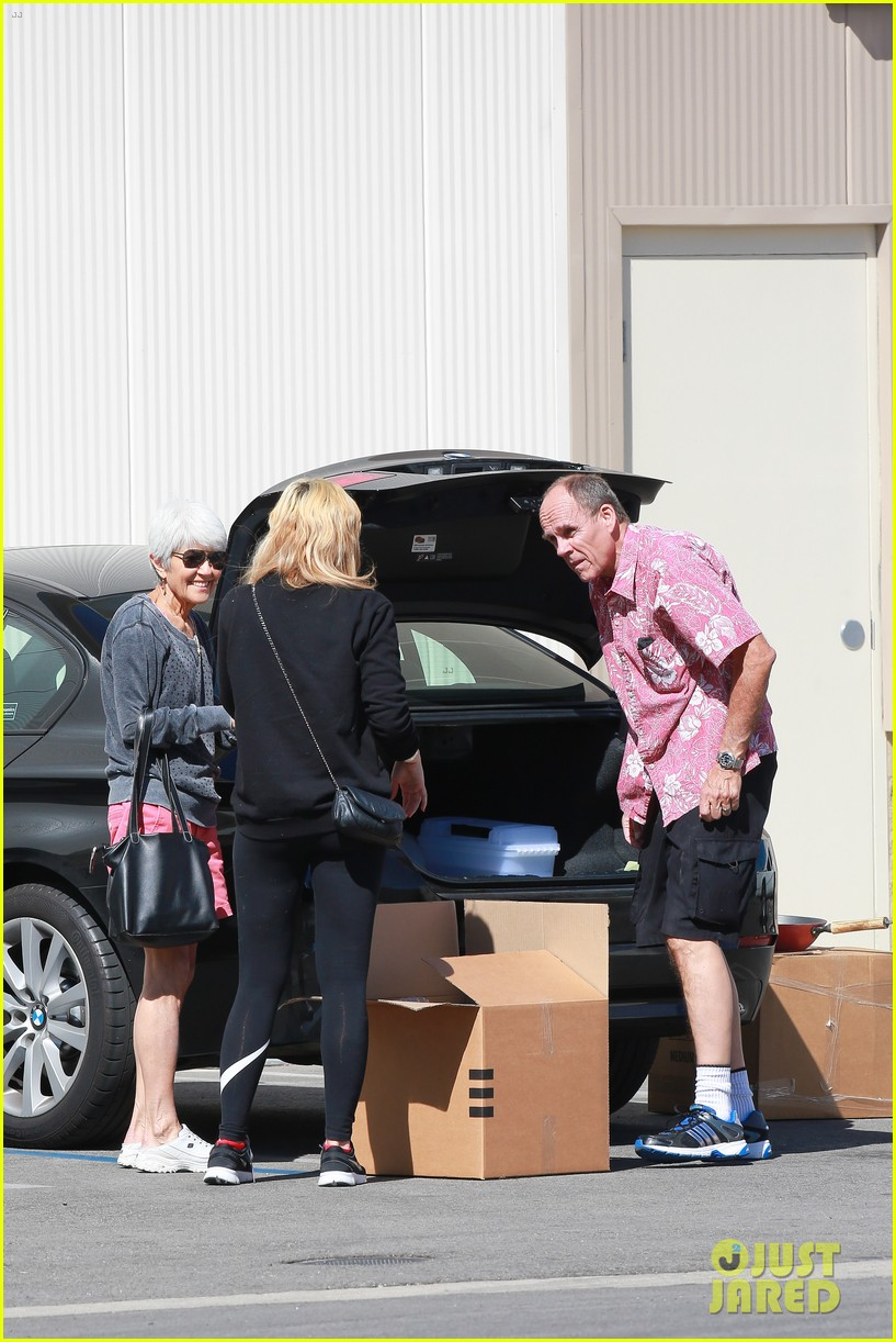 amanda bynes her parents pack up boxes at storage facility 223069044