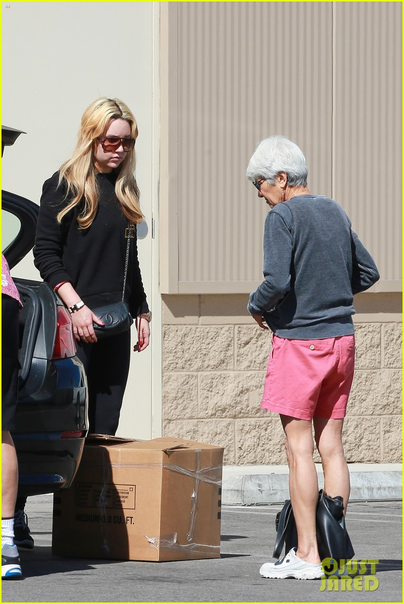 amanda bynes her parents pack up boxes at storage facility 26