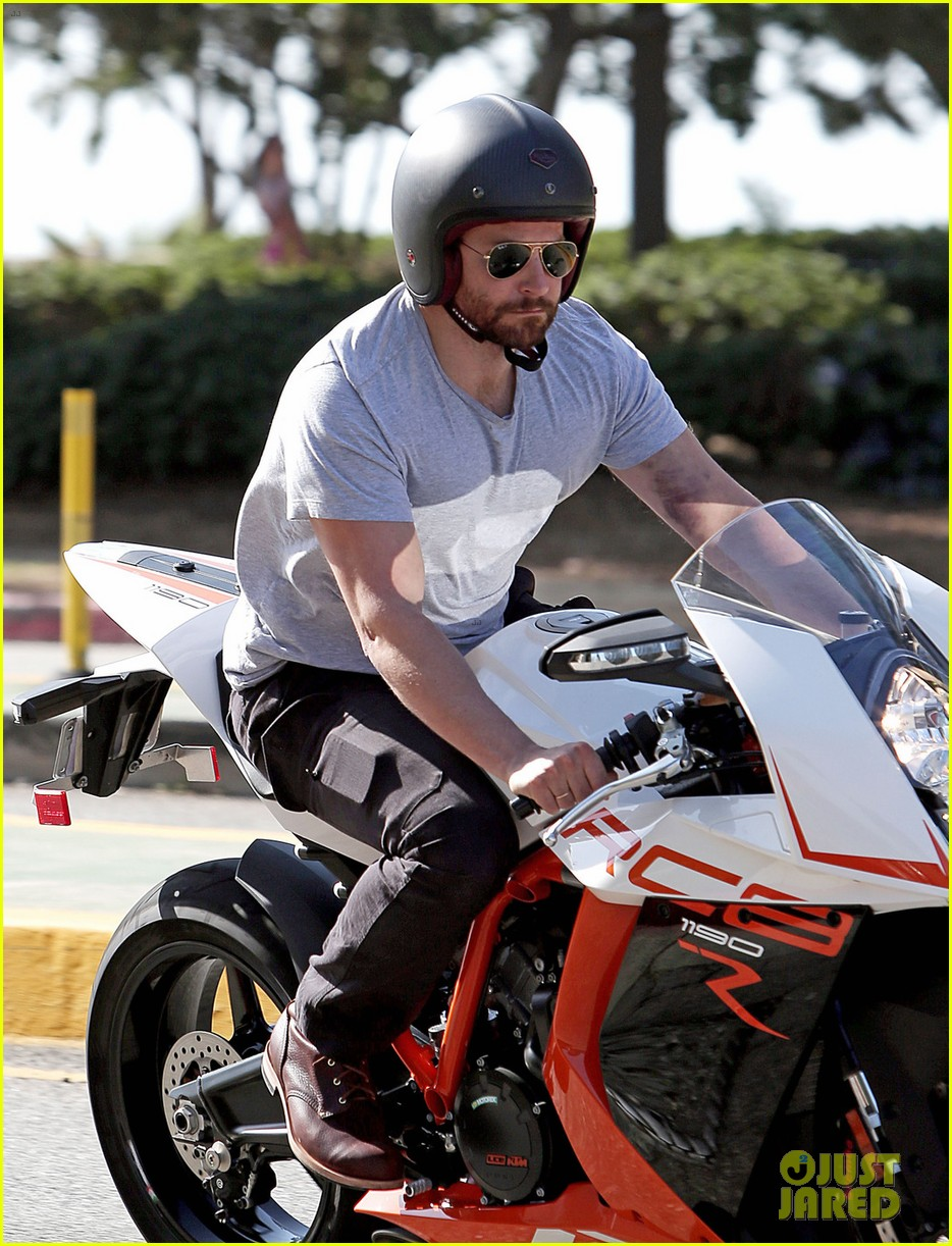 bradley cooper zooms around los angeles motorcycle 04