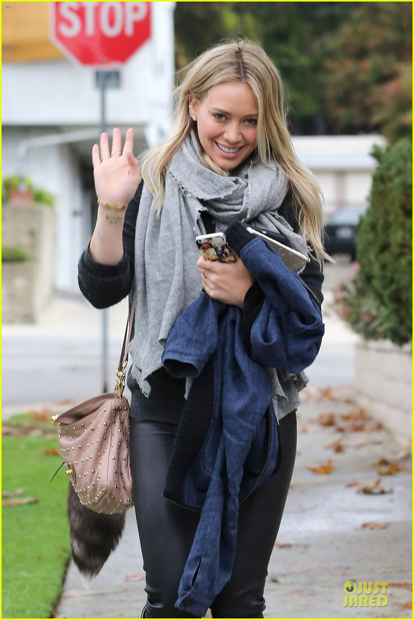 hilary duff gets pretty flowers from someone who loves her 023062686