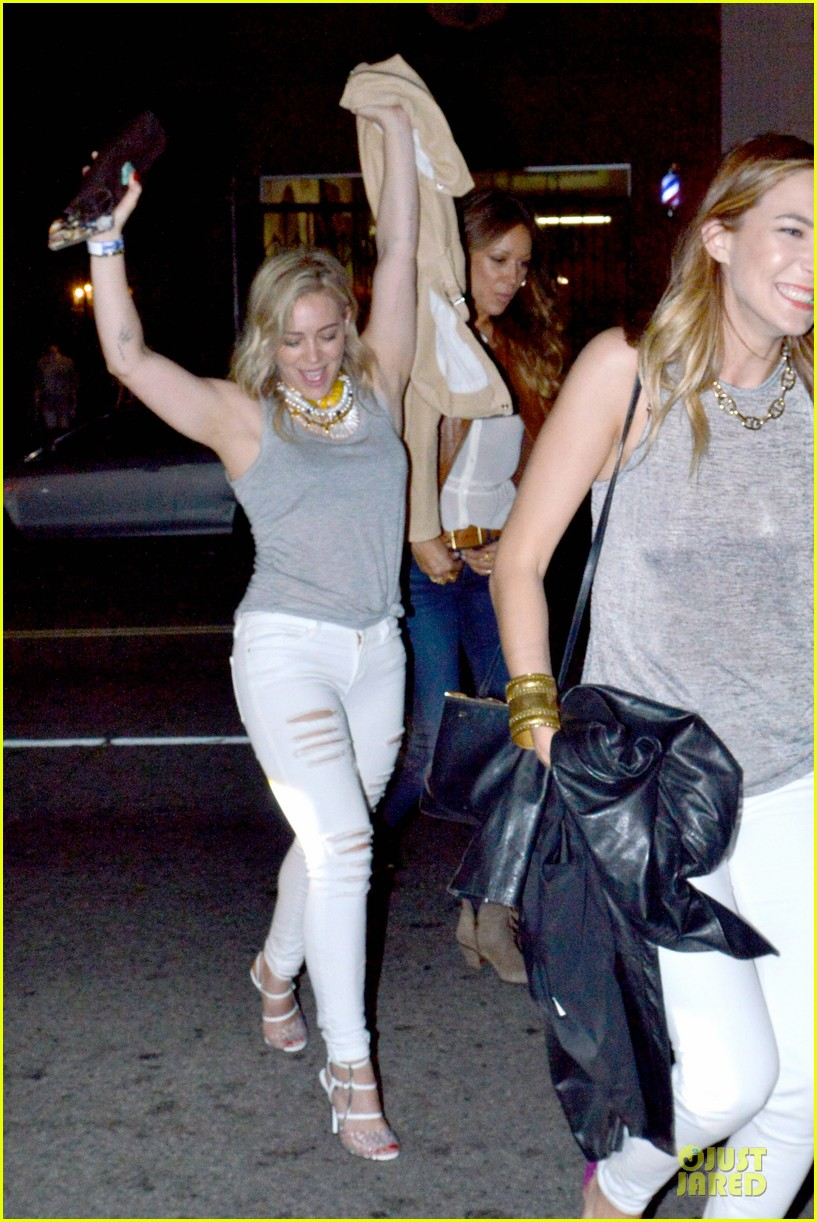 hilary duff let loose with gal pals friday night 013081110