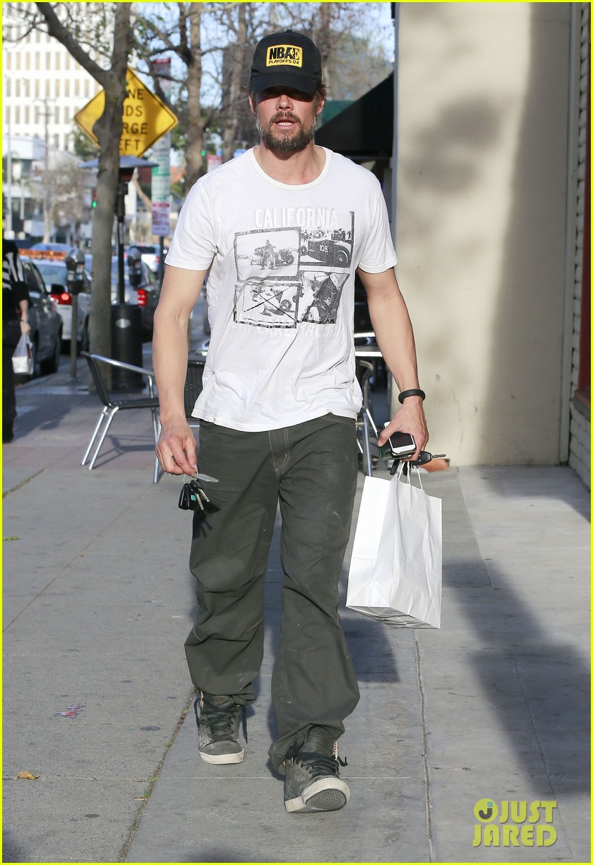 josh duhamel shows off his scruffy beard during shopping trip with fergie 08